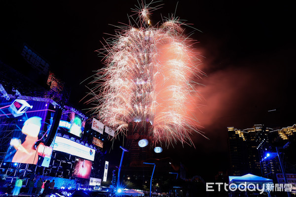 台北101煙火「噴射300秒」點亮2021 《ETtoday》祝讀者新年