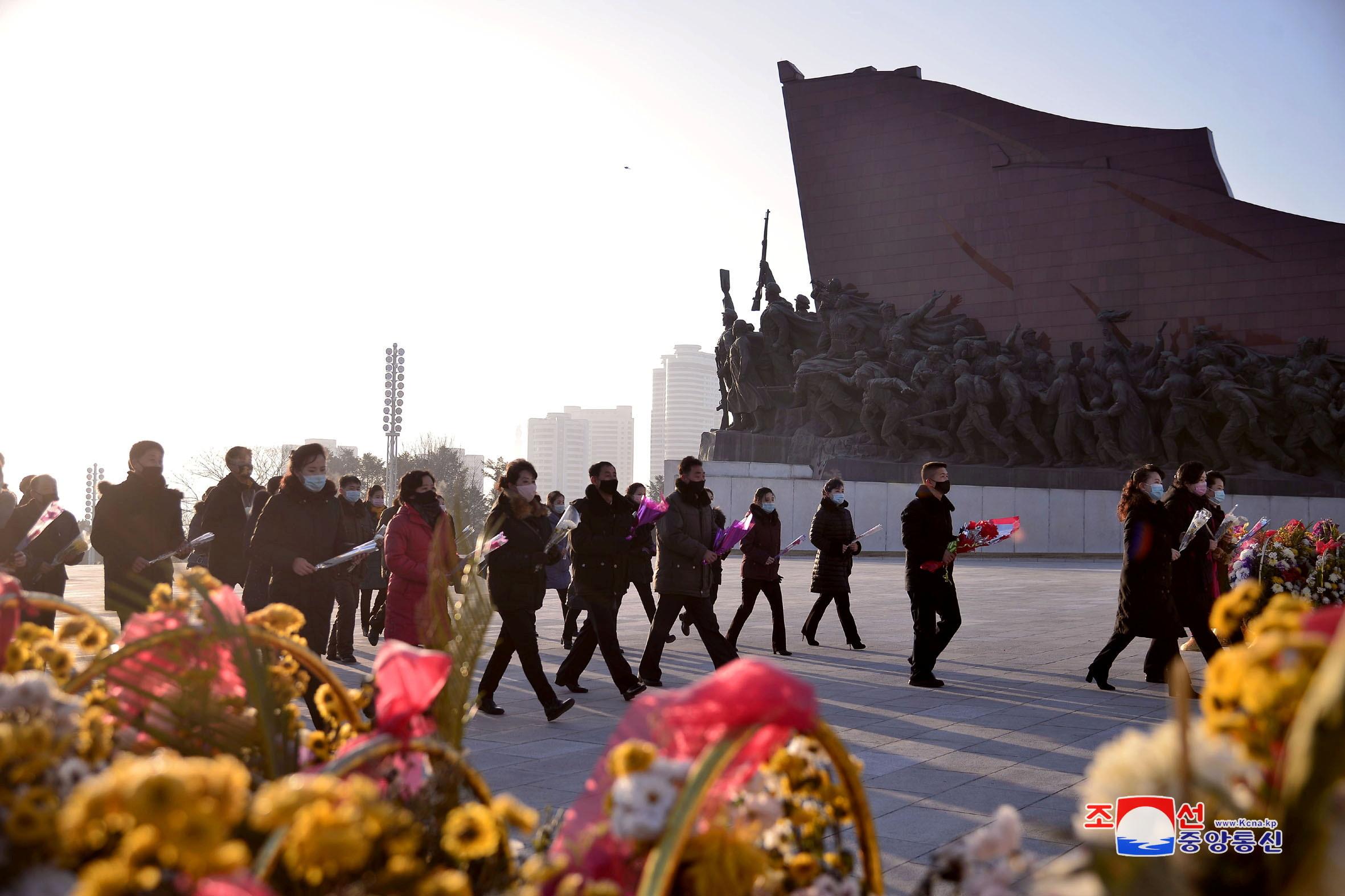 ▲▼北韓民眾元旦前往平壤萬壽台,向金日成、金正日銅像致敬。(圖/路透社)