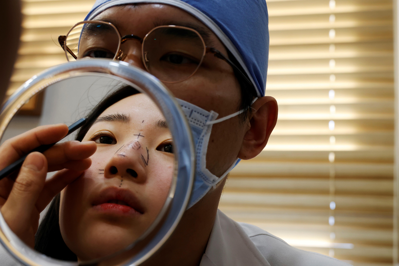 ▲▼柳漢娜欲趁疫情時,在人們未摘下口罩前接受整型手術。(圖/路透社)