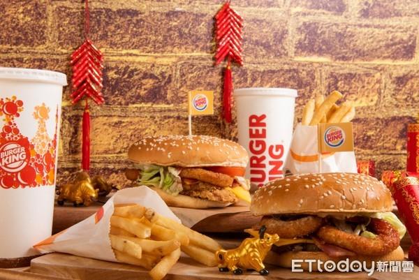 夾滿滿酥炸洋蔥圈、罪惡培根!漢堡王「豪華版三重奏漢堡」新登場 | ETt