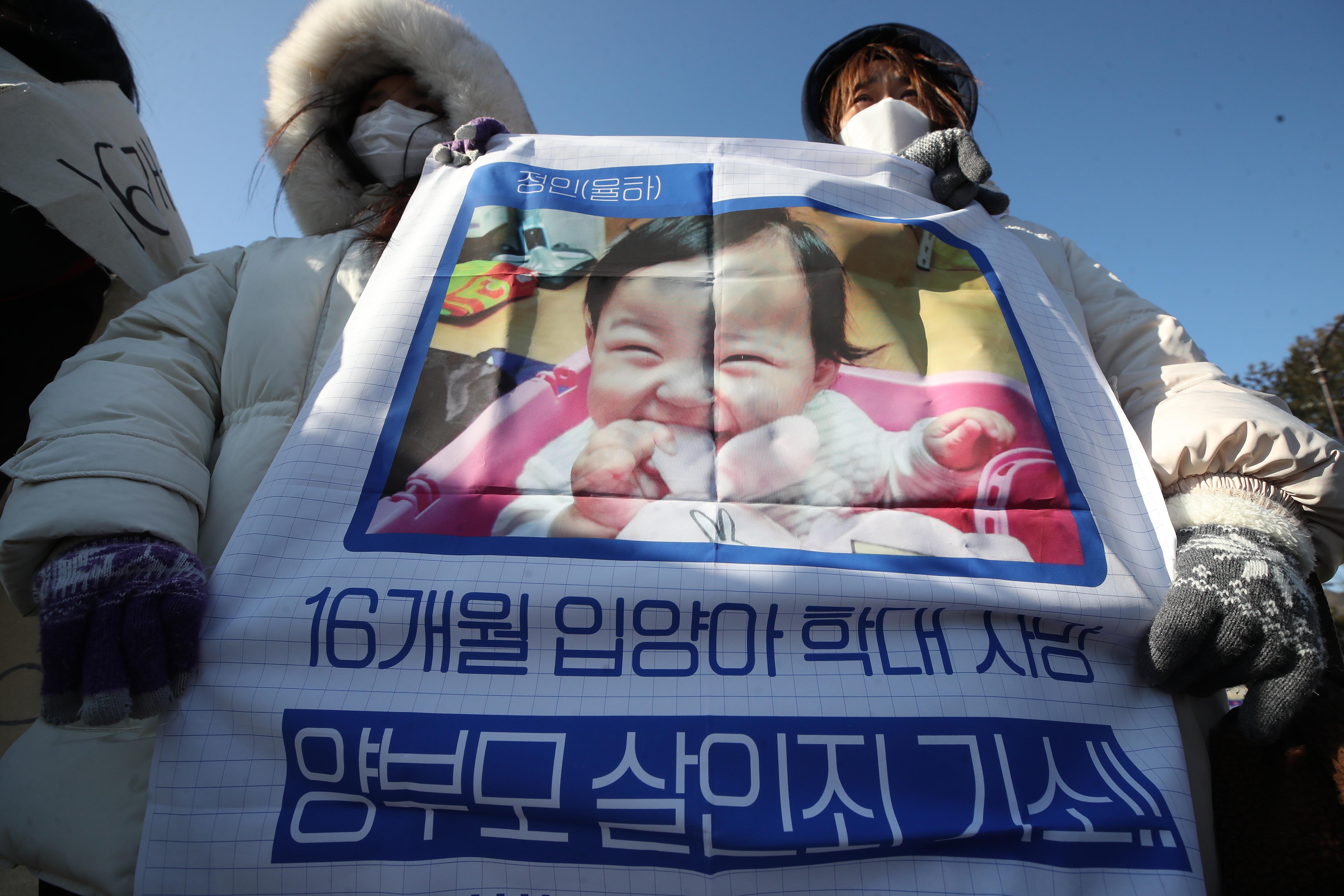 ▲▼南韓民眾追悼慘遭養母虐死的女嬰鄭仁,痛批警方與社福機構應對不當。(圖/達志影像)