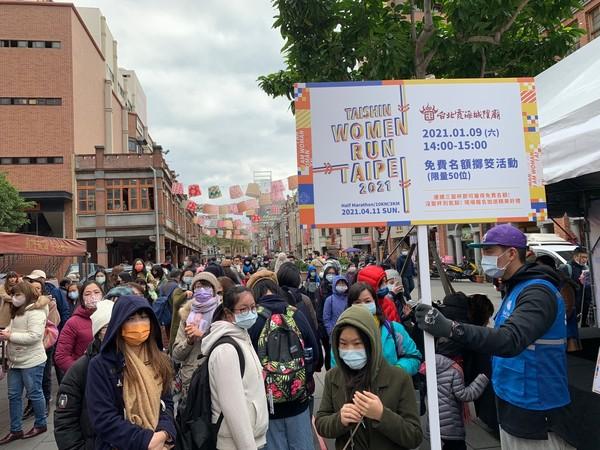 霞海城隍廟擲3聖筊免費跑Women Run TPE 人潮滿滿不畏8度低溫
