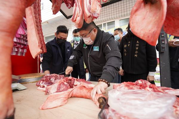 立委蔡易餘攜手會計師公會送「送新鮮豬肉」老人食堂 2700人受惠 | E