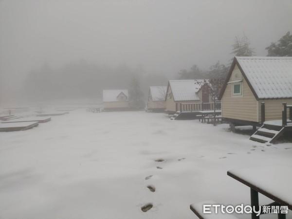 昨夜就開始飄雪花!台中福壽山農場積雪5cm 絕美純白景色曝光 | ETt