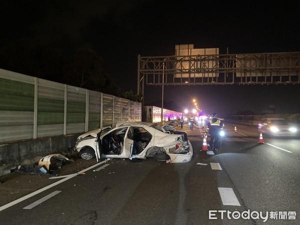 快訊/台中國道深夜「自撞解體」3傷 乘客拋飛窗外無呼吸心跳