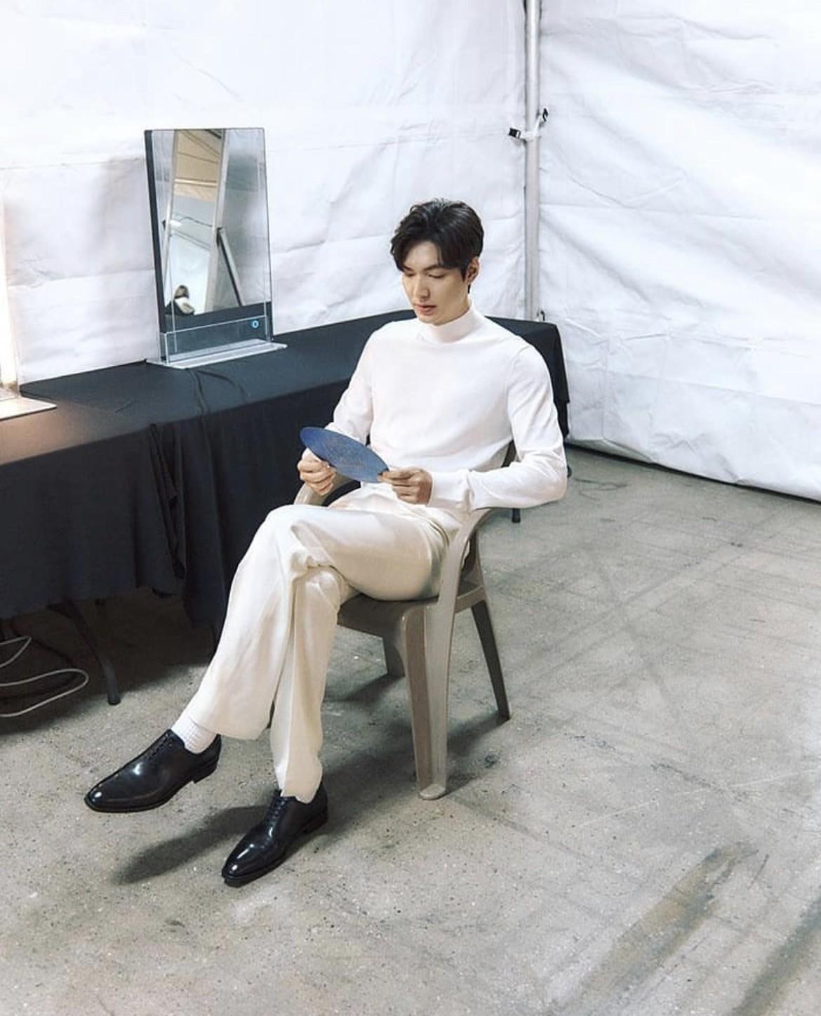 李敏镐最近是白马王子吗?正装里内搭、衬衫藏心机硬是比别人帅