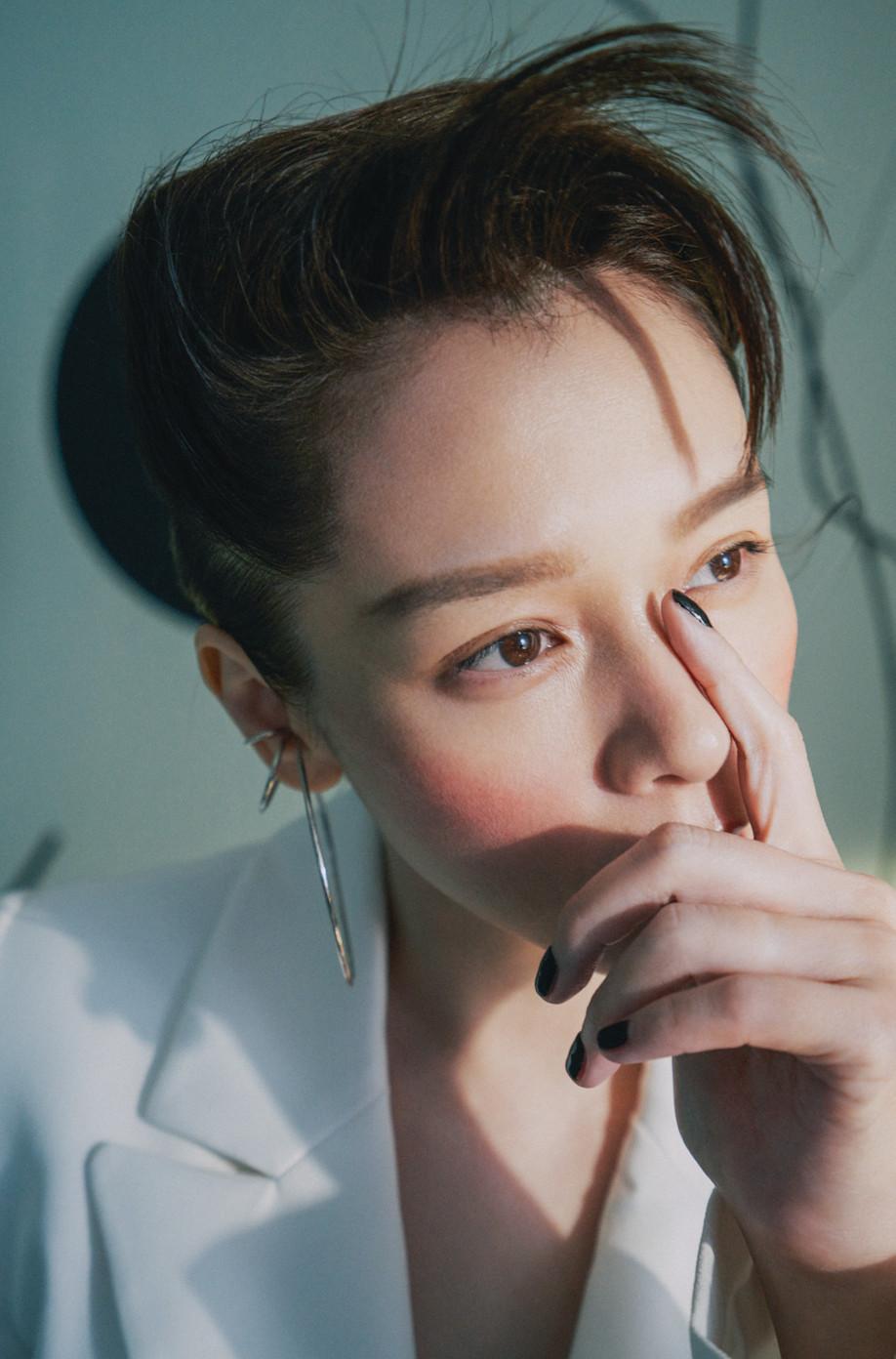 """徐若瑄顶""""乱翘浏海""""超逆龄!穿self-portrait西装摆拍根本少女"""