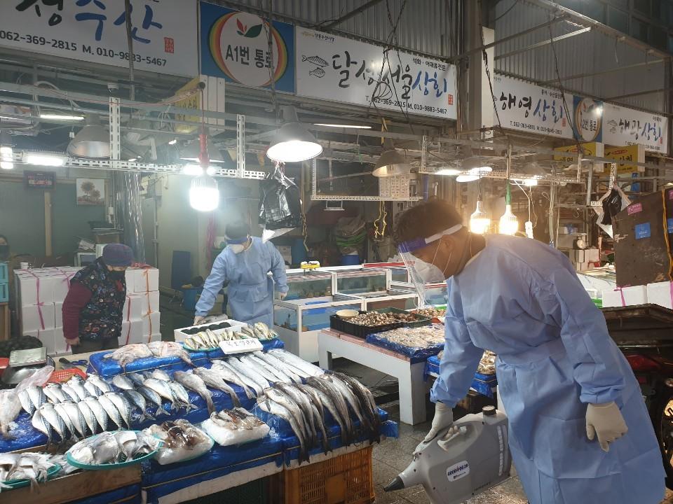 ▲▼防疫人員前往光州一處傳統漁市場進行消毒工作。(圖/達志影像)