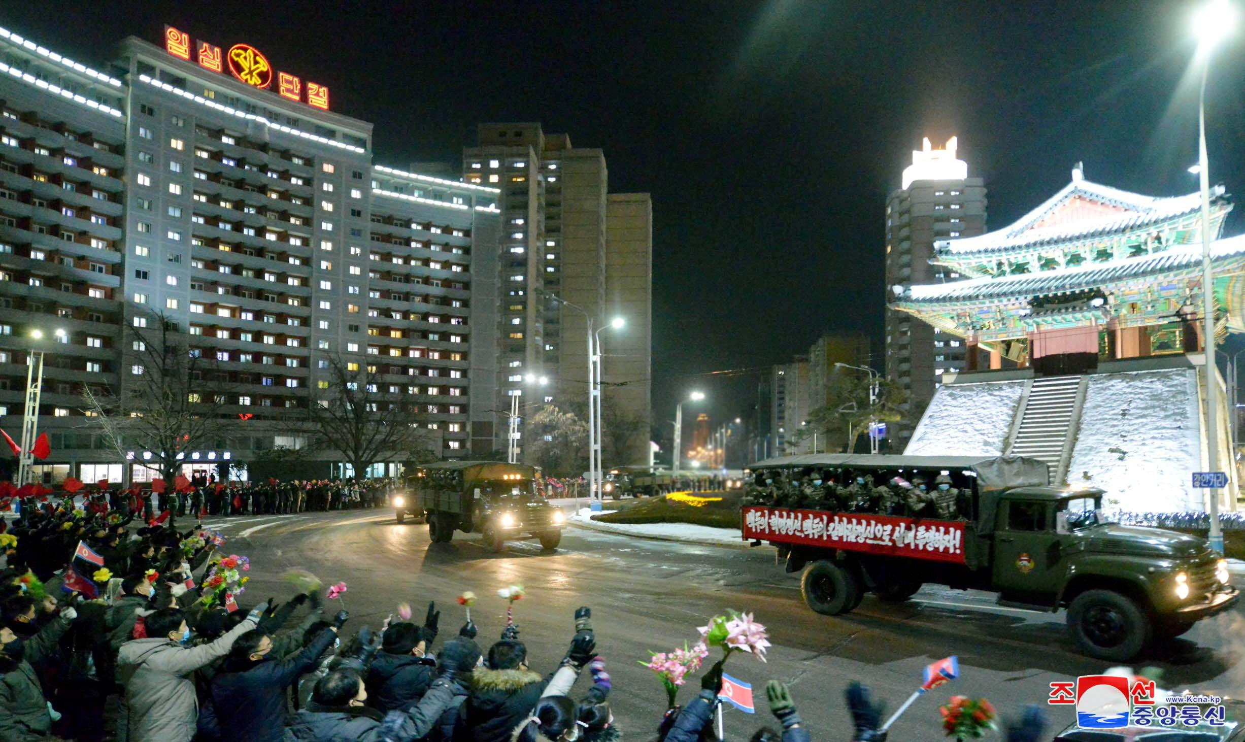▲▼北韓於14日晚間在金日成廣場舉行閱兵儀式。(圖/路透社)