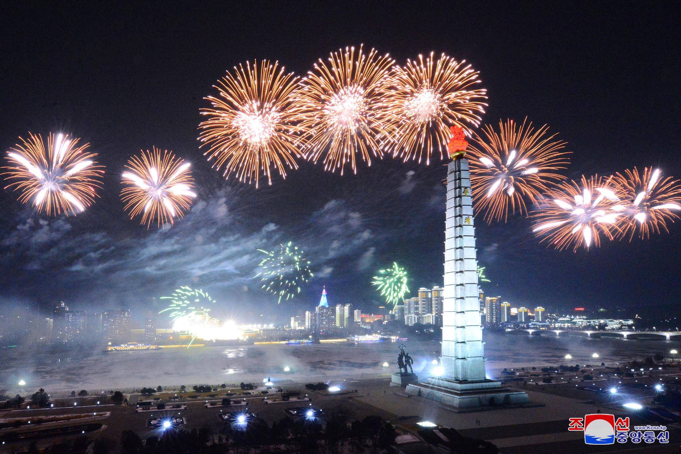 ▲▼北韓夜間閱兵時施放大量煙火,製造出極致的宣傳效果。(圖/路透社)