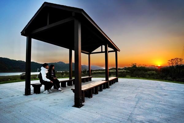 新北2新景點超紓壓!山水步道賞夕陽、鏡面心型池吹湖風 | ETtoday