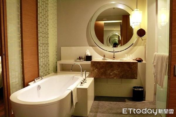 ▲▼ 飯店浴室,飯店浴缸,開放式浴室,乾濕分離。(圖/記者蔡玟君攝)