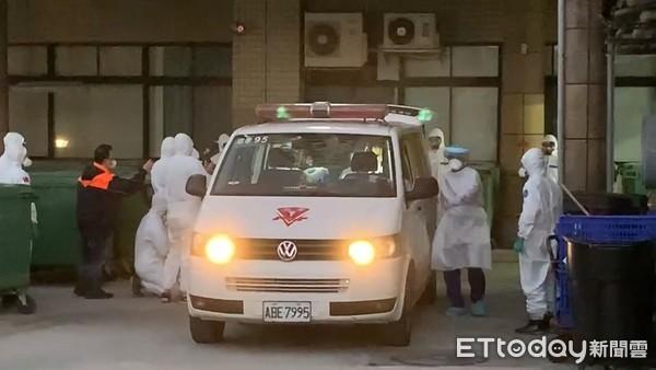 消毒現場曝!20化學兵完裝 助病患轉院前「行李、走道全噴一遍」
