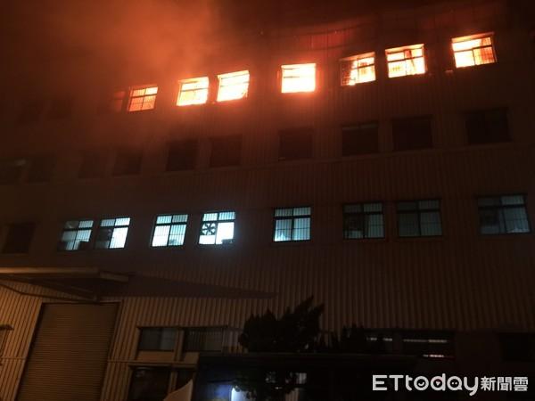 快訊/台南仁德塑膠工廠驚傳火警「全面燃燒」 40部消防車搶救