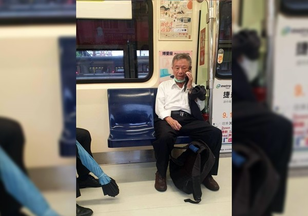 楊志良搭捷運「拉下口罩」!照片曝光網傻眼:防疫SOP呢?