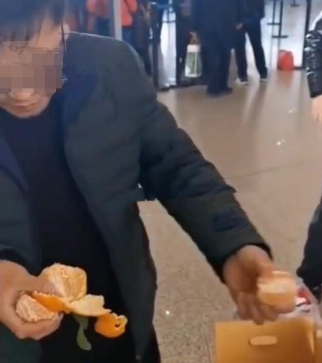 ▲▼嫌運費1300太貴! 四男機場「狂嗑30kg橘子」第三天嘴角冒水泡:再也不想吃(圖/翻攝自微博/沸點視頻)