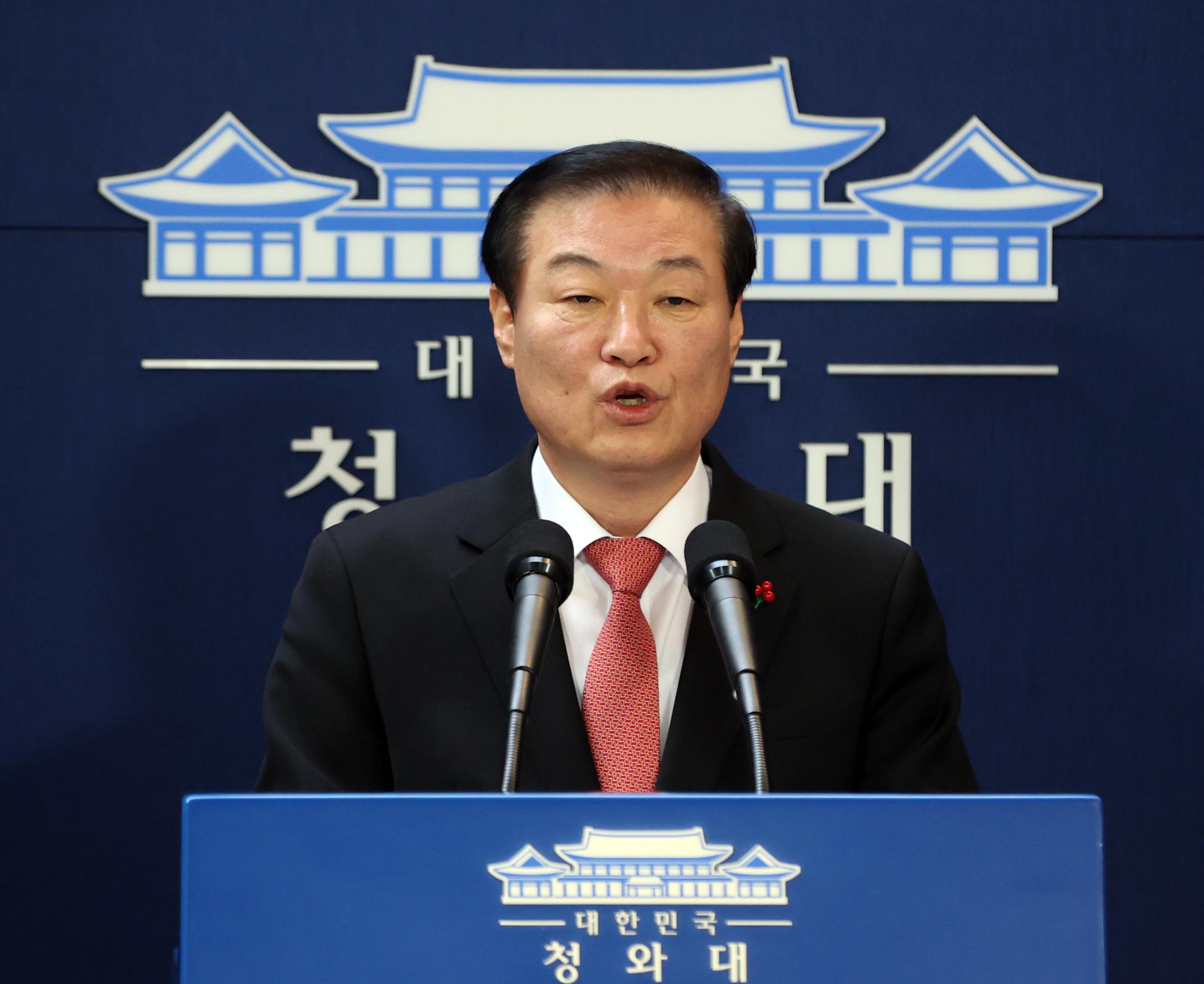 ▲▼南韓青瓦台國民溝通首席鄭萬昊20日宣佈內閣改組消息。(圖/達志影像)