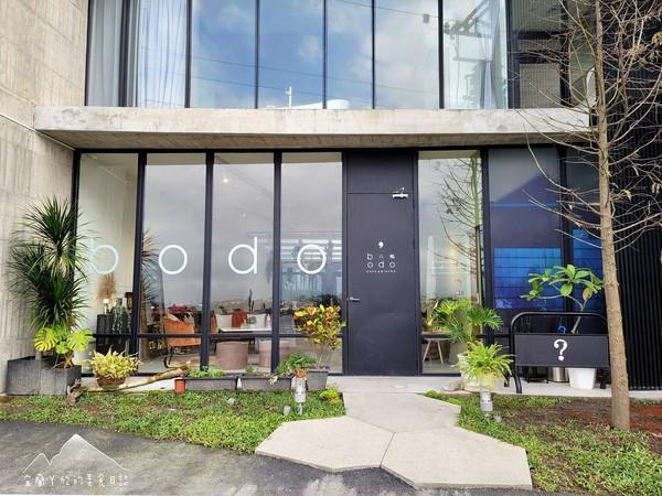 宜蘭新開清水模咖啡廳 坐沙發看冬山河景第一排、走3分鐘賞龜山島