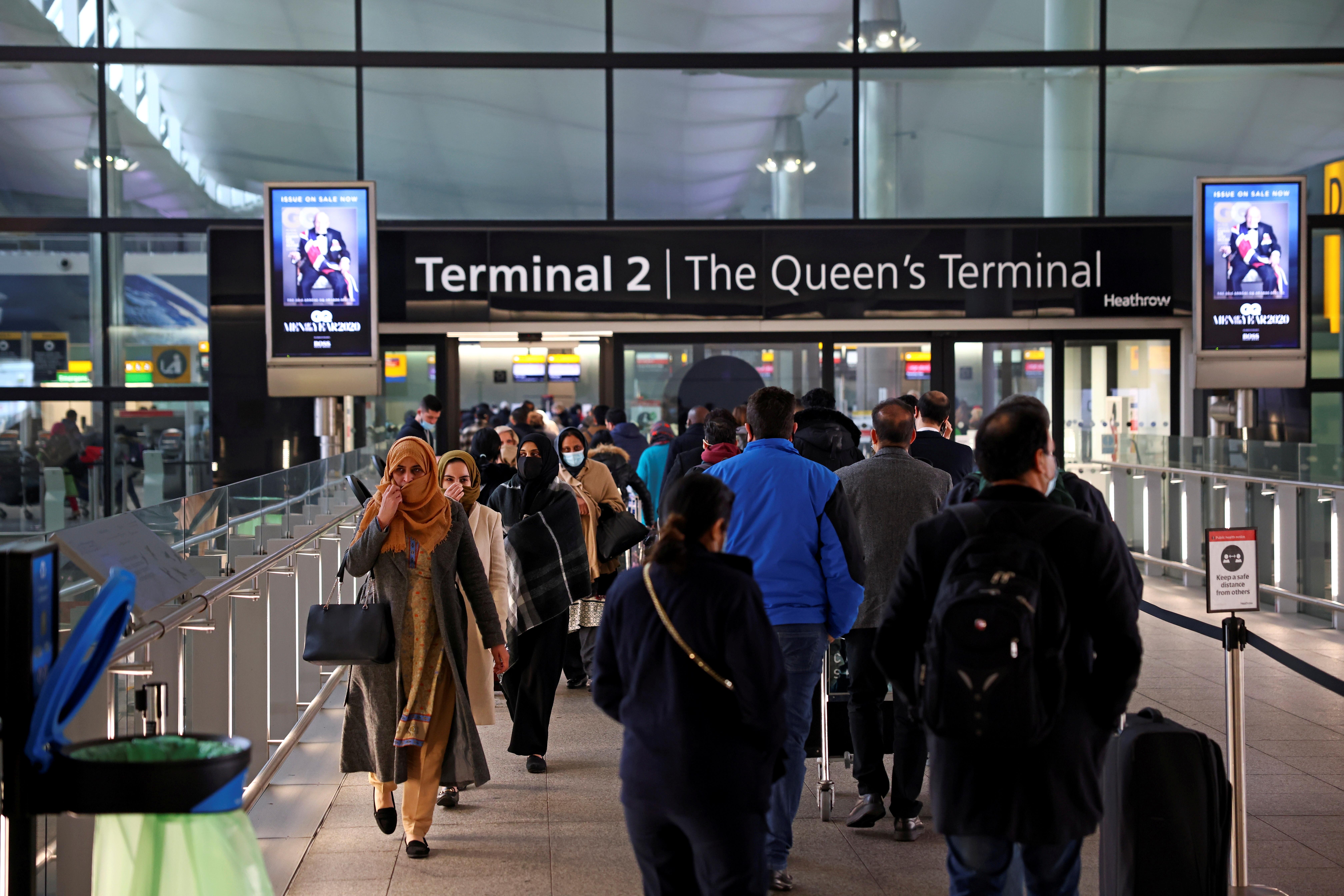 ▲▼英國考慮採取更強防疫措施,針對所有入境旅客進行隔離,圖為倫敦希斯洛機場。(圖/路透社)
