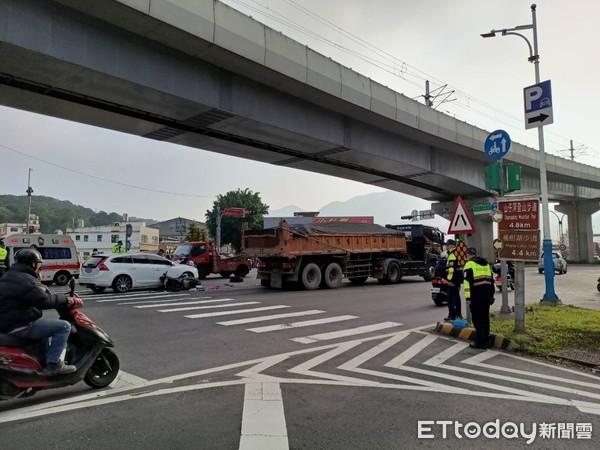 快訊/新北21歲女騎士擦撞轎車!倒地遭砂石車輾過 血流滿地慘死