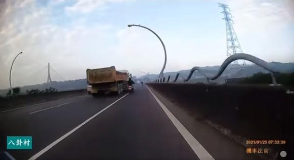 砂石車「緊黏機車」超車!騎士嚇壞險倒地 網見畫面怒了:這是殺人