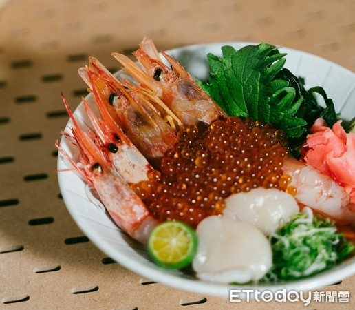 碗裡鋪滿天使紅蝦與爆量鱒魚卵 這3家日本料理都隱藏在市場裡