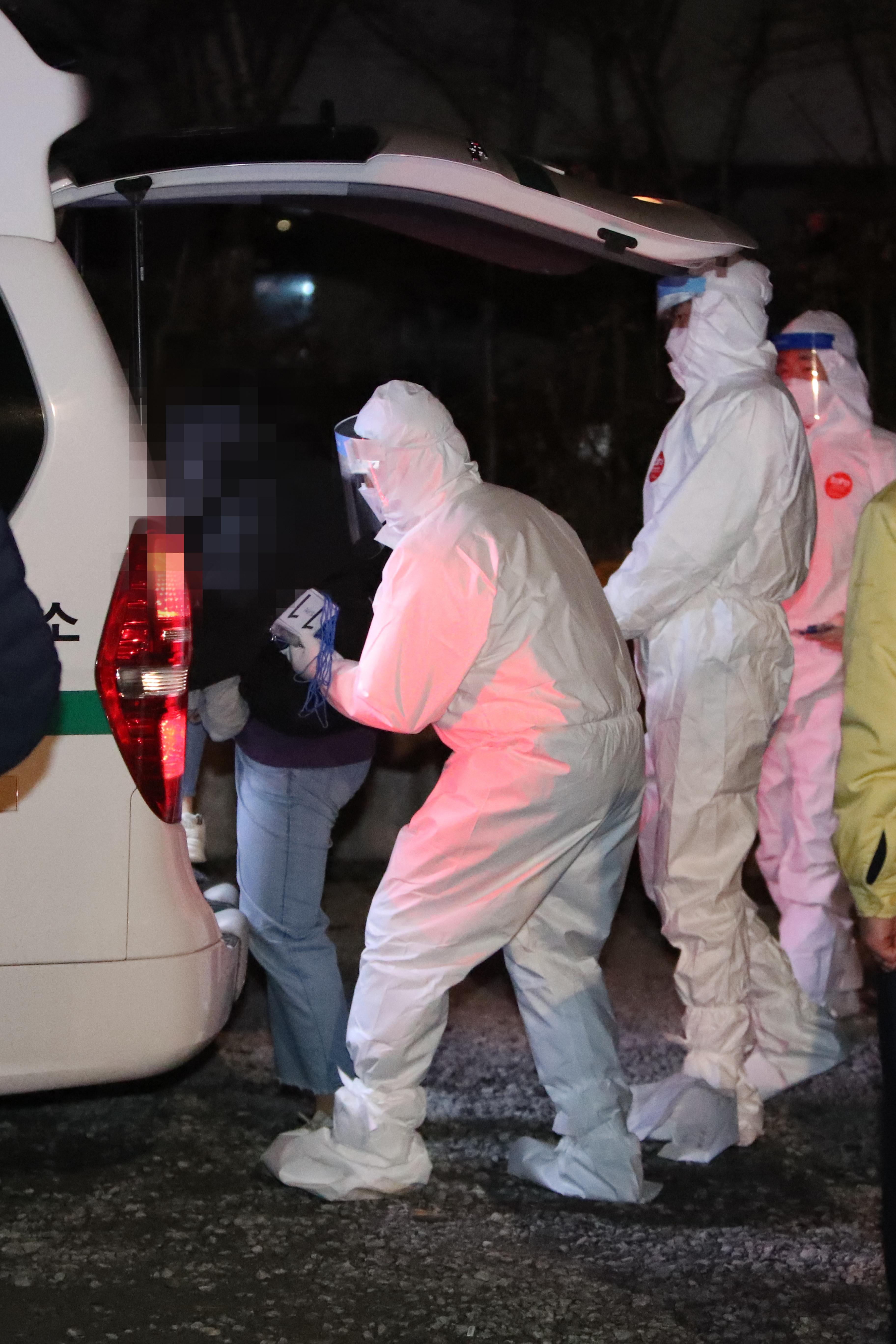 ▲▼防疫人員前往光州TCS ACE國際學校消毒。(圖/達志影像)