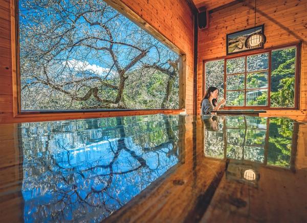「台版琉璃光院」隱身南投!梅花、藍天倒映玻璃桌面 還能露營放空 | ET