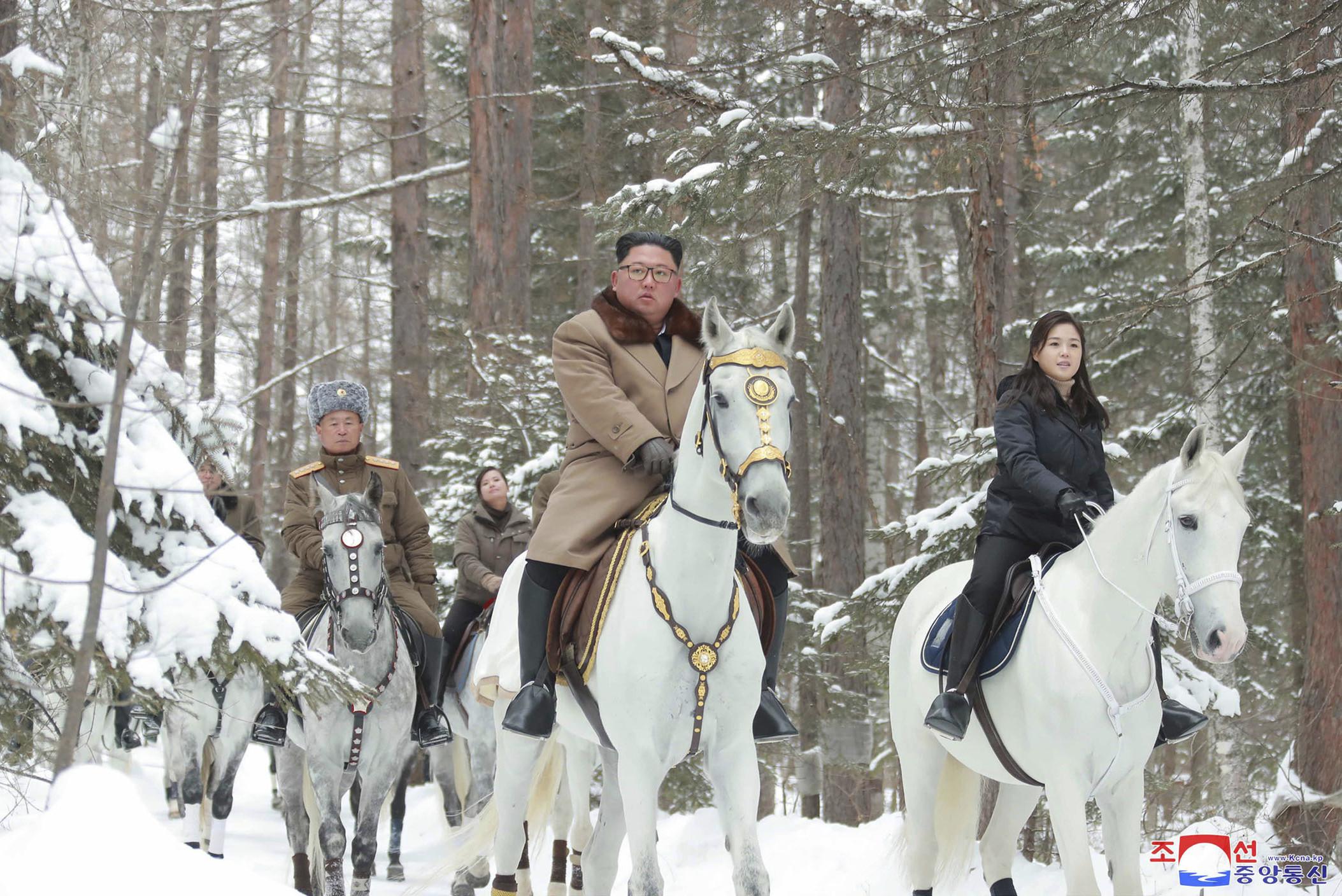 ▲▼李雪主與金正恩騎乘白馬登上白頭山。(圖/達志影像/美聯社)