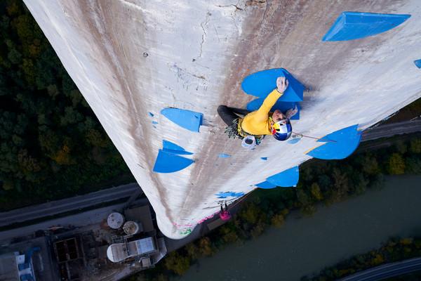 世界上最困難的攀岩路線之一 Red Bull運動員垂直360米攀上雲端