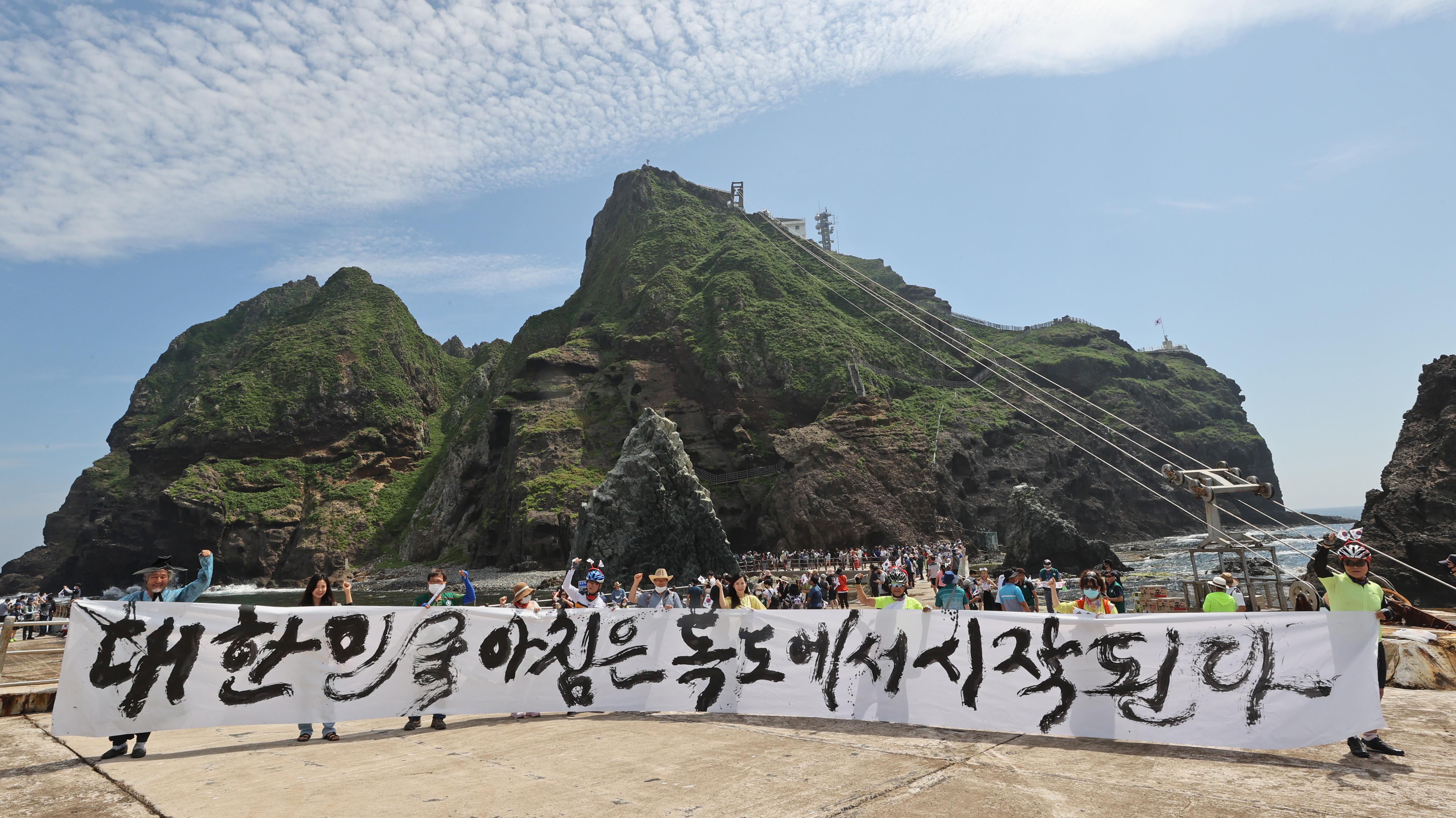 ▲▼南韓書法家去年登上獨島,「大韓民國的早晨從獨島開始。」(圖/達志影像)