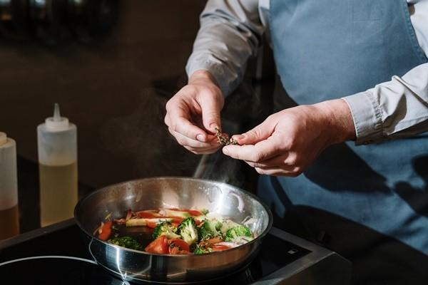 通緝逃7年!黑手黨大叔「太愛做菜」 上傳烹飪影片秒被抓   ETtoda