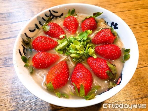 口味好獵奇!一顆顆新鮮草莓鋪在麵線裡 盤點4款草莓鹹食餐點