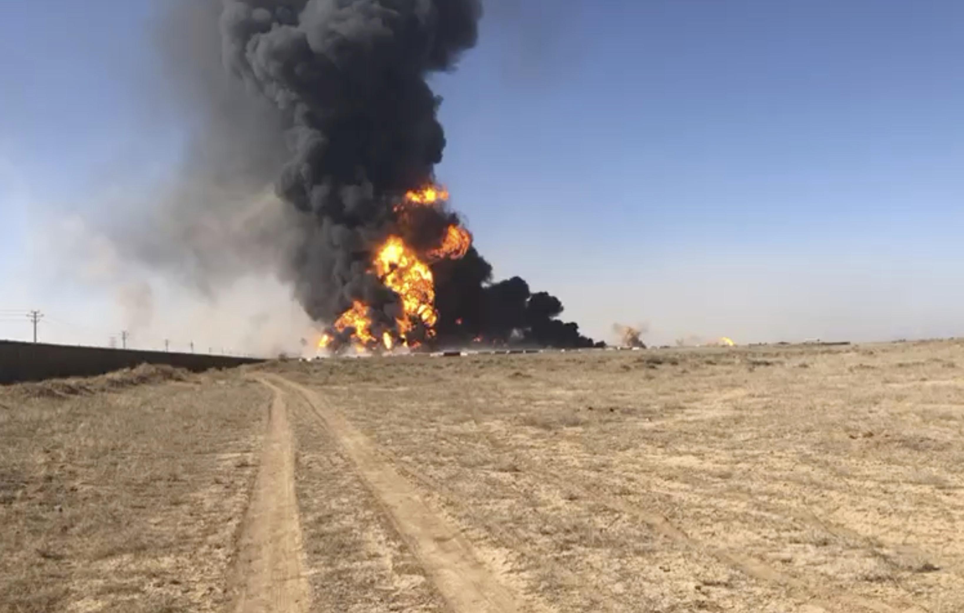 ▲▼阿富汗、伊朗交界處500多輛油灌車與卡車被引爆,火焰與濃煙竄天。(圖/達志影像/美聯社)