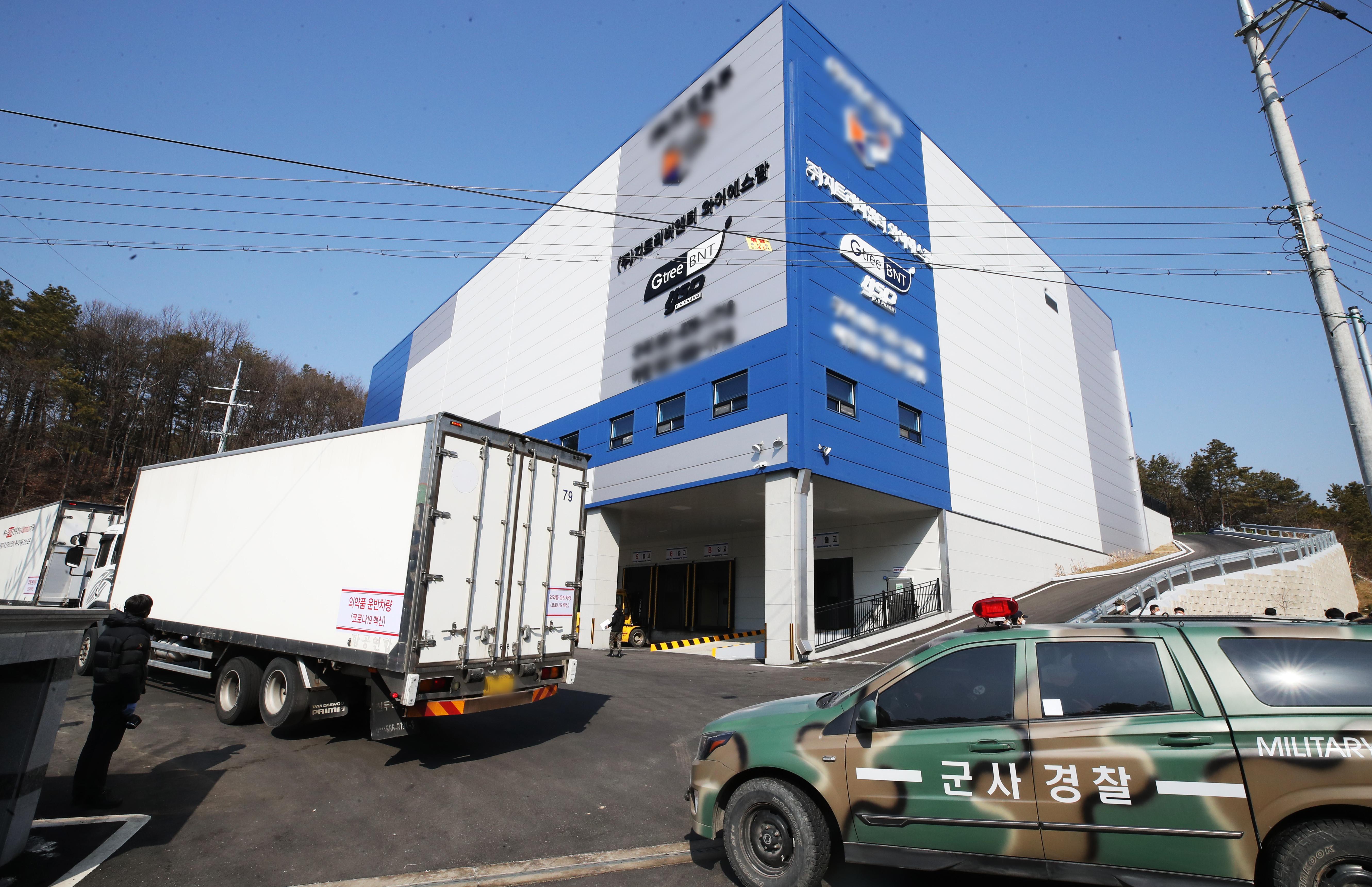 ▲▼一輛卡車載著AZ疫苗從SK生技位於慶北安東的工廠運送至京畿道利川市的倉庫,由軍方護送。(圖/達志影像)