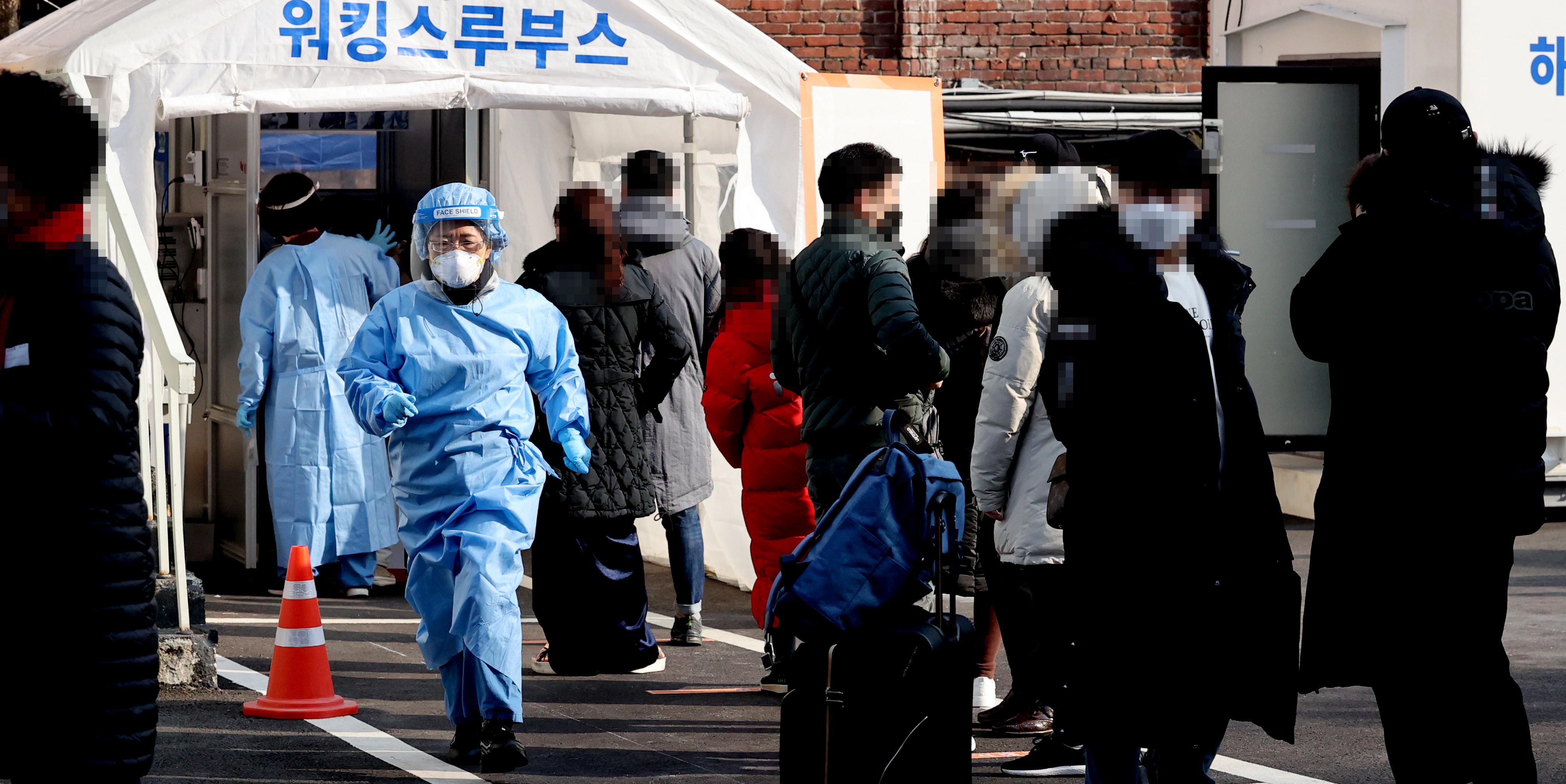 ▲▼南韓22日新增332例新冠確診,圖為首爾的臨時篩檢站。(圖/達志影像)