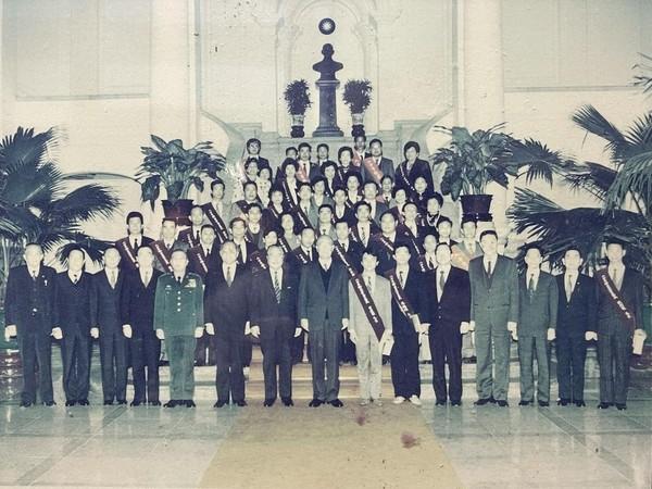 劉育辰前進總統府 曬阿嬤30年前照片:孫子跟上您腳步囉 | ETtoda