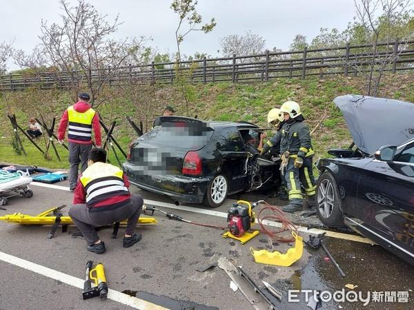 快訊/苗栗「2車對撞」釀4傷!年輕夫妻+1歲童當場命危 急搶救中