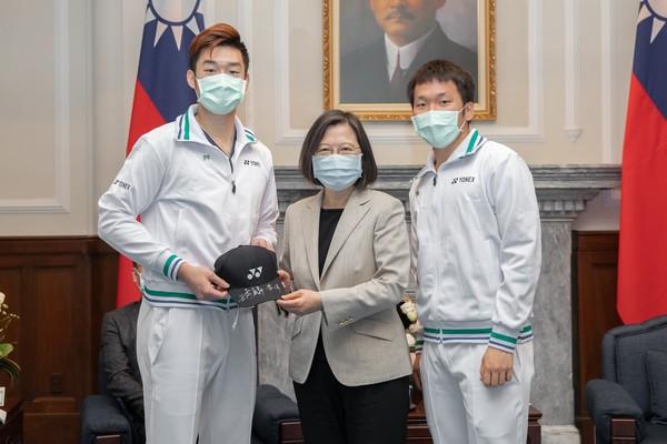 蔡英文讚台灣羽球選手「穿金戴銀」 喊話戴資穎:辛苦了!謝謝妳