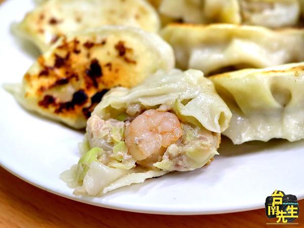 霸王級大顆!台南高CP值餃子專賣店 皮焦酥內鮮嫩還有特調香辣醬 | ET