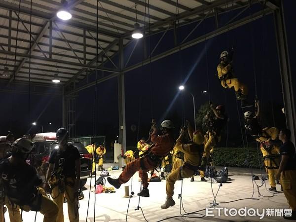 特搜訓練不馬虎 台南市消防局夜間訓練夠精實