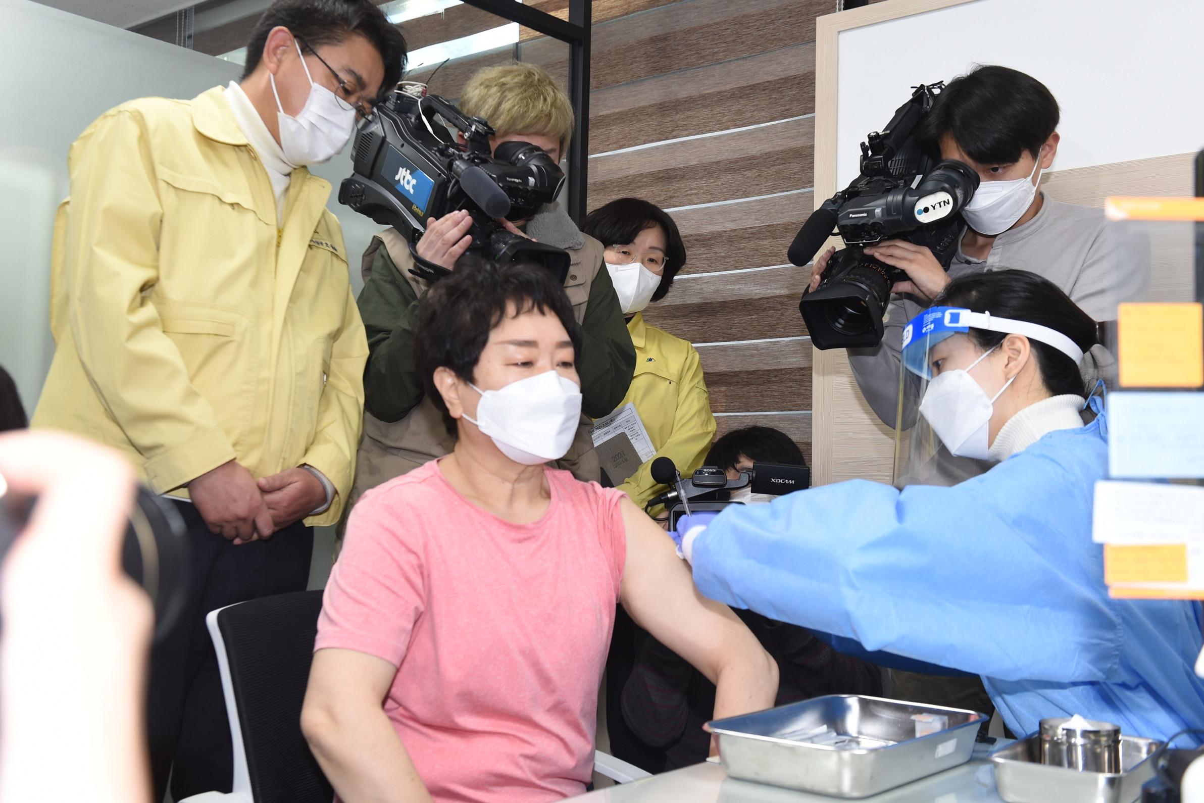 ▲▼李京順成為南韓國內扣除駐韓美軍,首名接種新冠疫苗的民眾。(圖/達志影像)