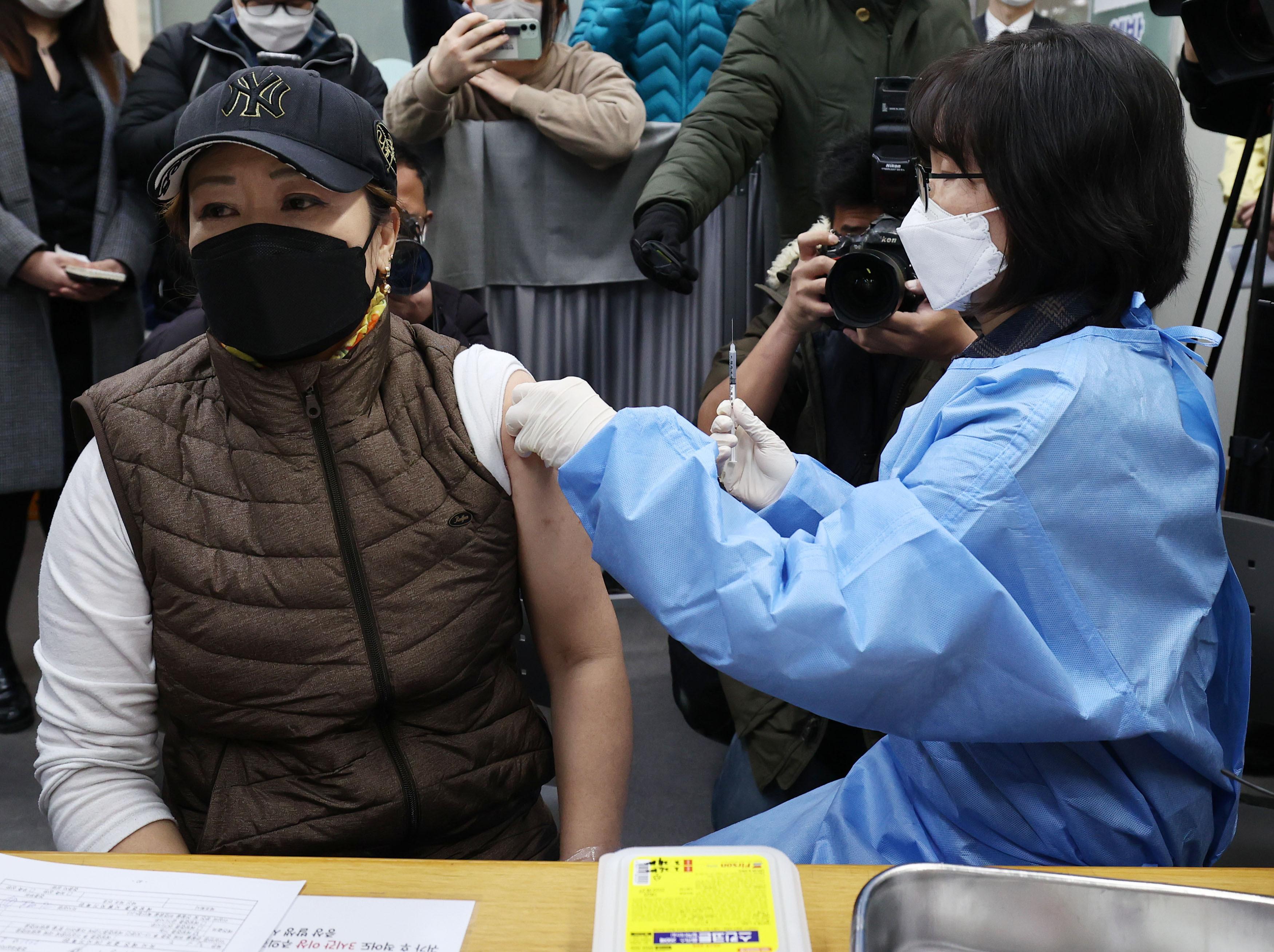 ▲▼仁川有2名護理師在接種AZ新冠疫苗後,出現全身痠痛、高血壓等副作用。(圖/達志影像)