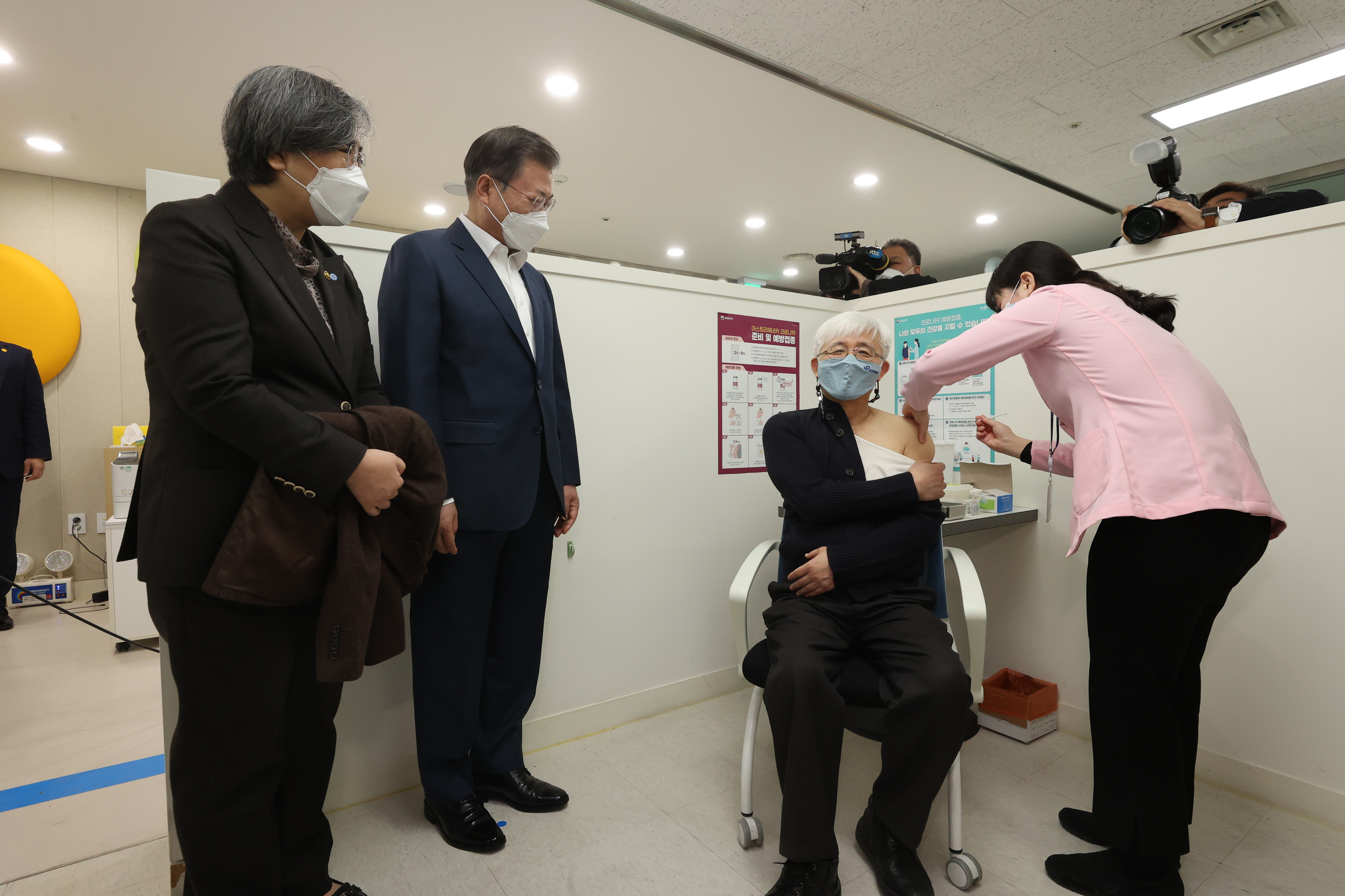 ▲▼文在寅(右)、鄭銀敬(左)視察首爾市麻浦區保健所疫苗接種現場。(圖/達志影像)