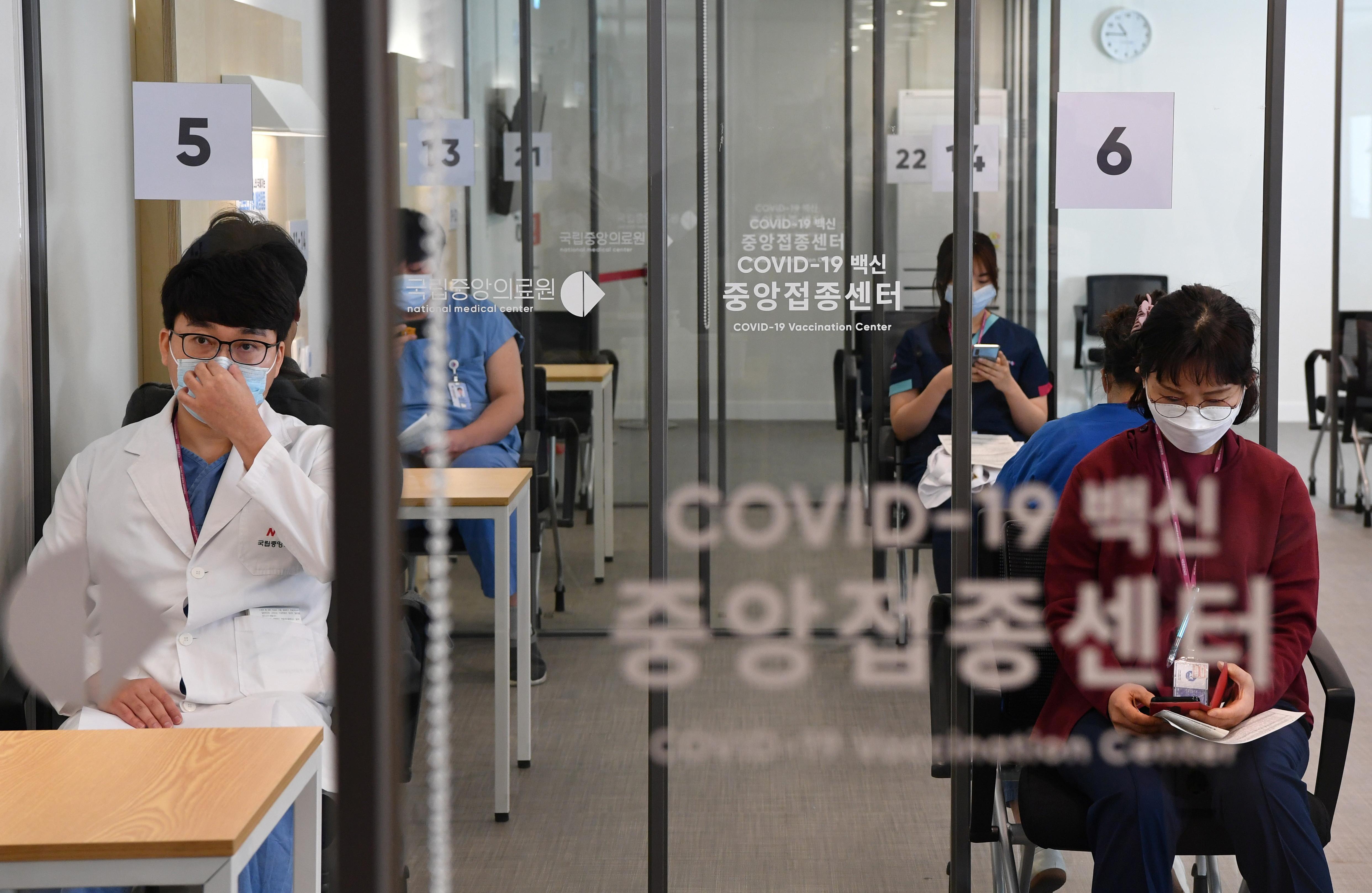 ▲▼首爾國立中央醫療院等候室,醫護人員與相關職員等候接種新冠疫苗。(圖/路透社)