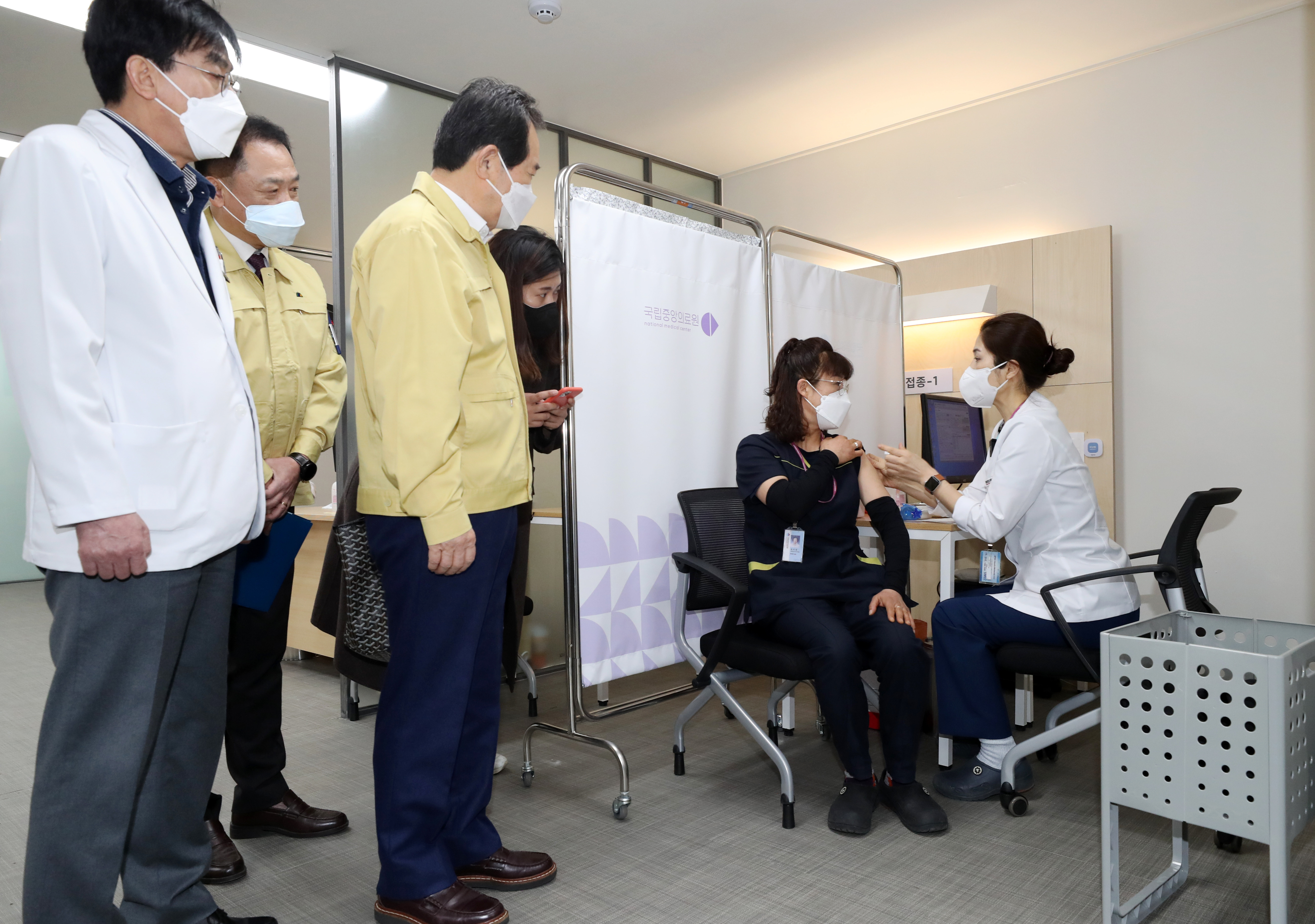 ▲▼丁世均前往現場視察,並訪問首名疫苗接種者鄭美敬的接種心得。(圖/達志影像)