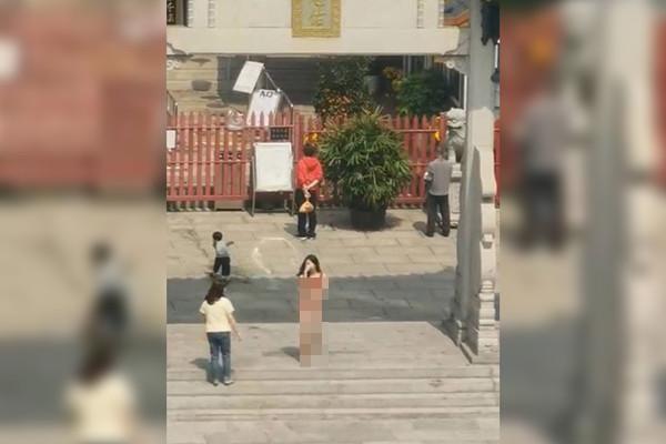 長髮嫩妹脫衣跪拜!全身剩紅色內衣…照片曝光網看傻:在城隍廟