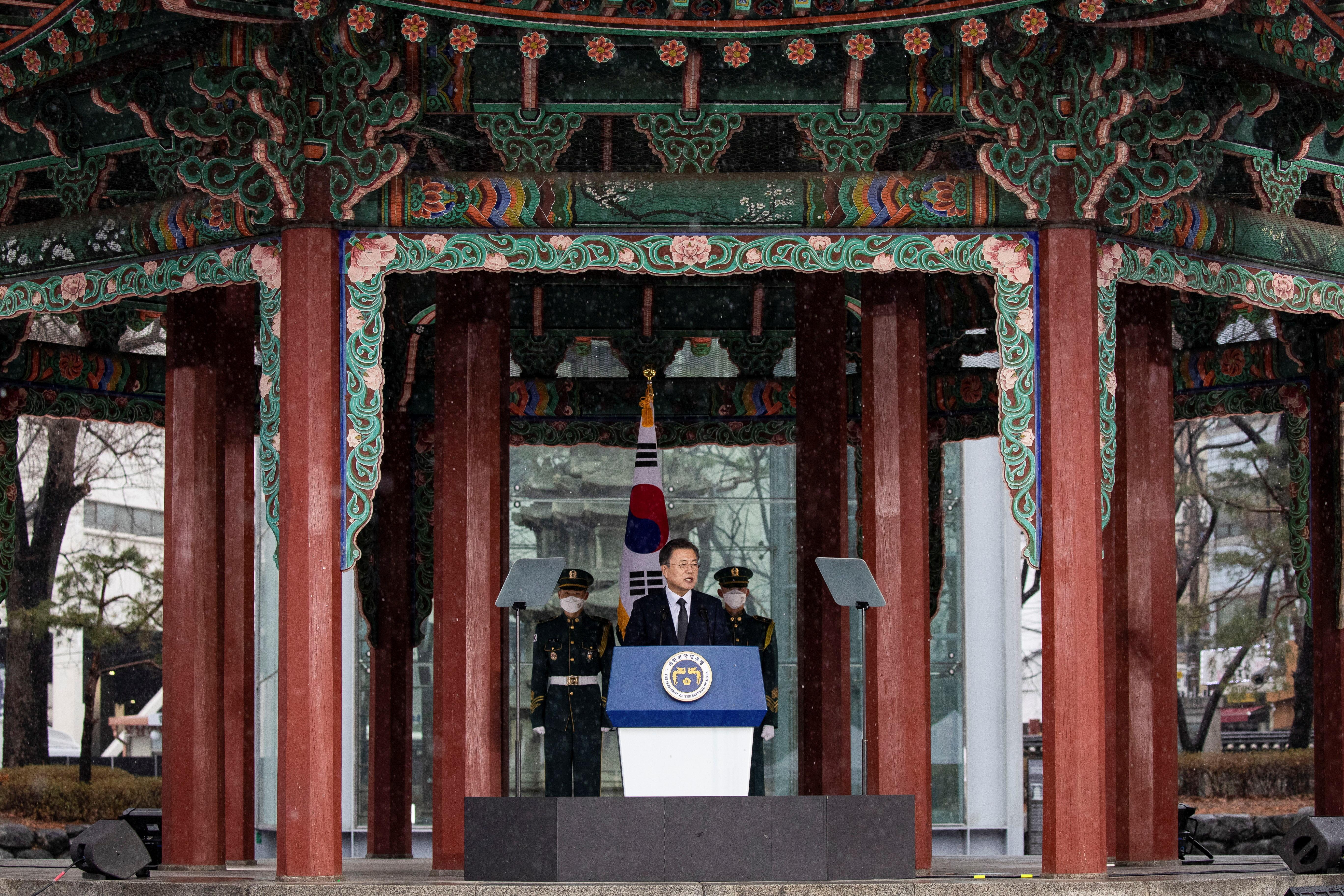 ▲▼南韓總統文在寅偕同妻子金正淑女士1日前往首爾塔谷公園,參與三一節紀念儀式。(圖/路透社)
