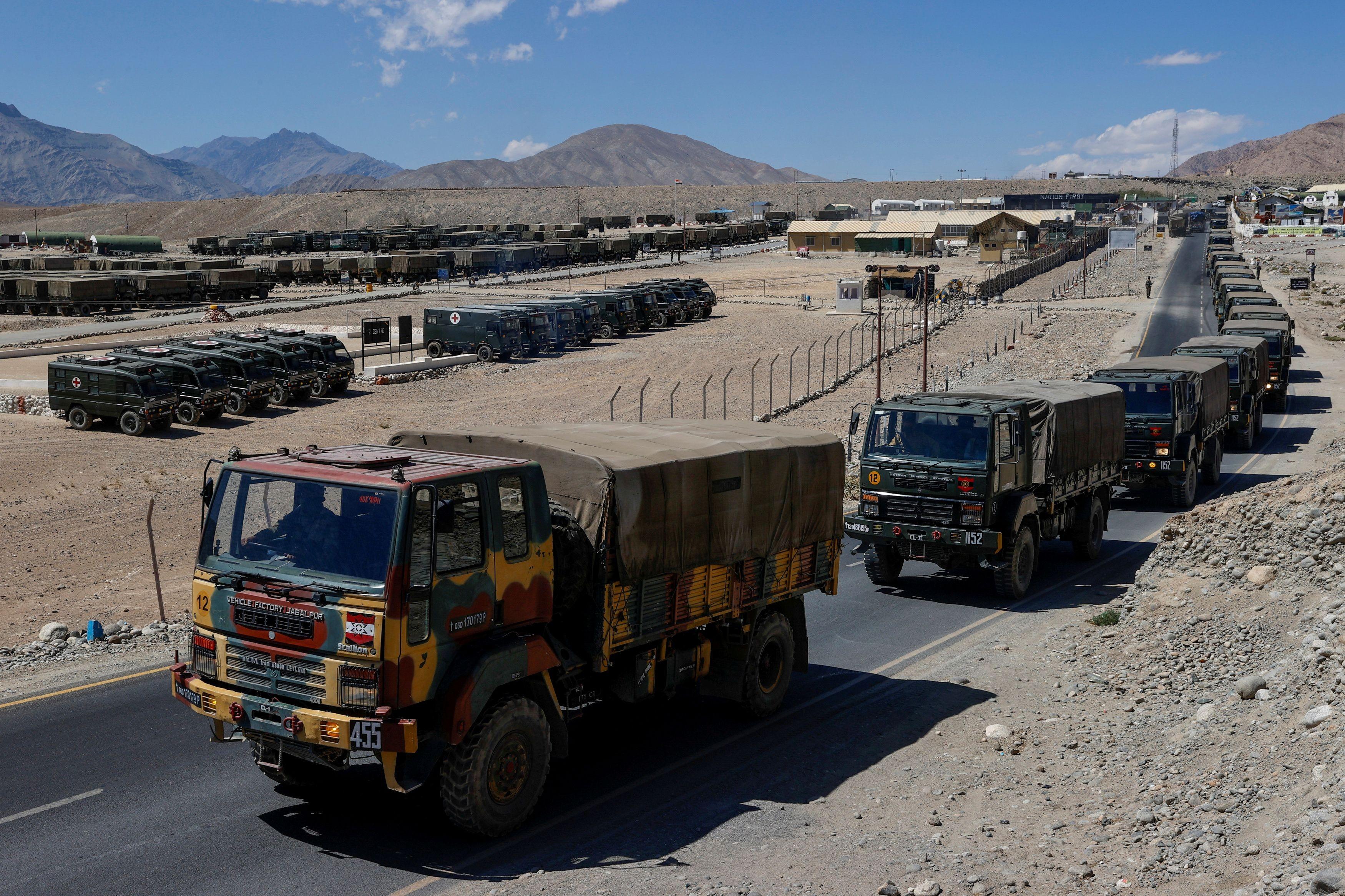 ▲▼印度與中國在喜馬拉雅山區長期存在領土紛爭,拉達克地區出現軍車載運物資。(圖/路透社)