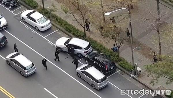 影/警持槍圍捕影片曝!連轟19槍 綁匪「美術館附近中彈」身亡